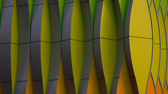 Architecture : formes ovales en relief, orange, jaune, vert